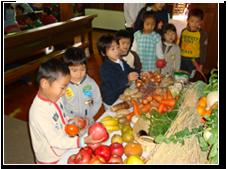 11月:収穫感謝祭お家から果物や野菜を持ち寄って多くのお恵みを神様に感謝いたします