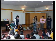 11月:交通安全教室 婦警さんから力強いとても楽しい指導をしていただきました