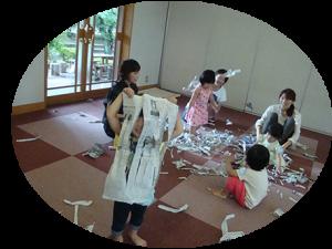 新聞紙で遊ぼう!写真